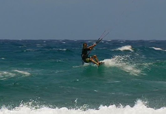 Nicolas Hulot en panne de vent pendant une sortie en kite surf…