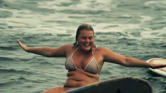 Insolite : un film de surf sur une chanson de Carla Bruni-Sarkozy