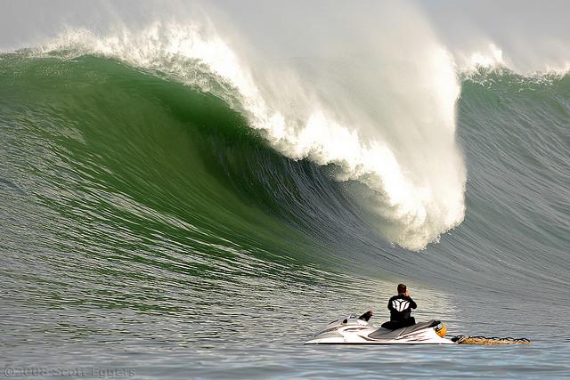 Des sauveteurs en jet-ski pour veiller sur les surfeurs de grosses vagues ?