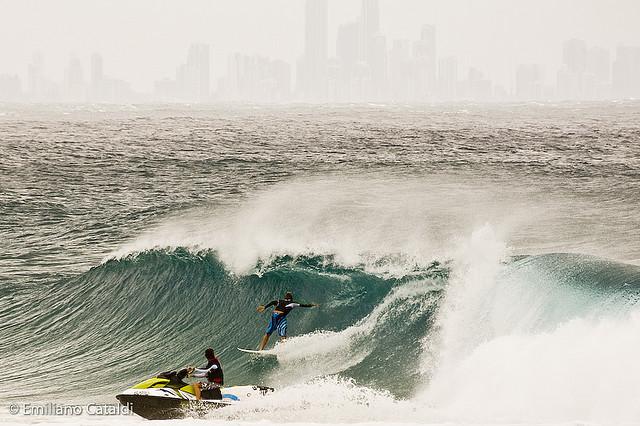 La banalisation préoccupante du surf tracté dans les vagues