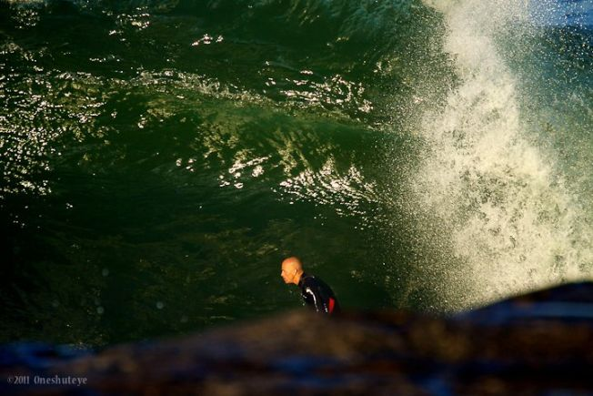 Kelly Slater se risque sur la vague de Ours en Australie