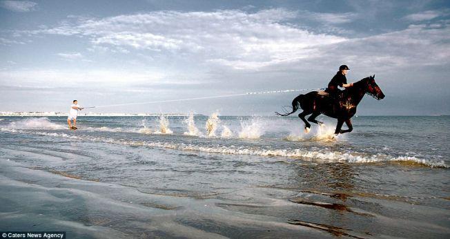Insolite : Harold Quinquis fait du surf tracté par un cheval à la Baule !