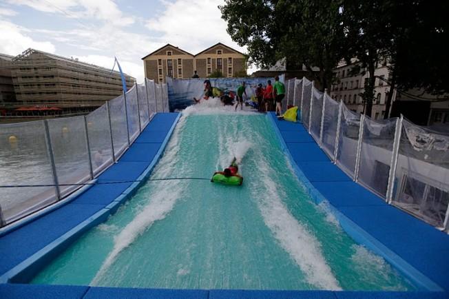 Insolite : du surf en piscine à Paris Plages ?