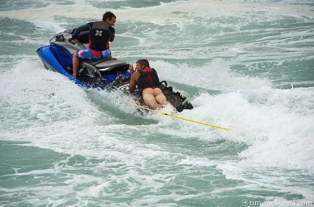 Insolite : Bruce Irons perd son maillot sous une vague à Teahupoo