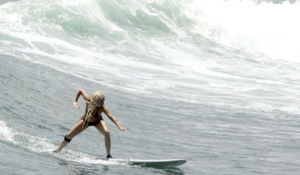 People : Lady Gaga prend un cours de surf à Puerto Vallarta