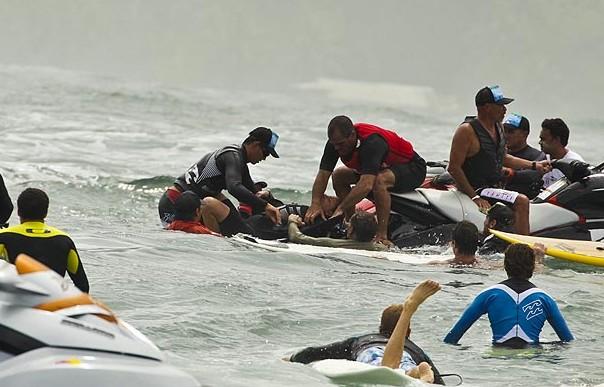 Teahupoo : Maya Gabeira évite de peu la noyade lors de la session tow-in