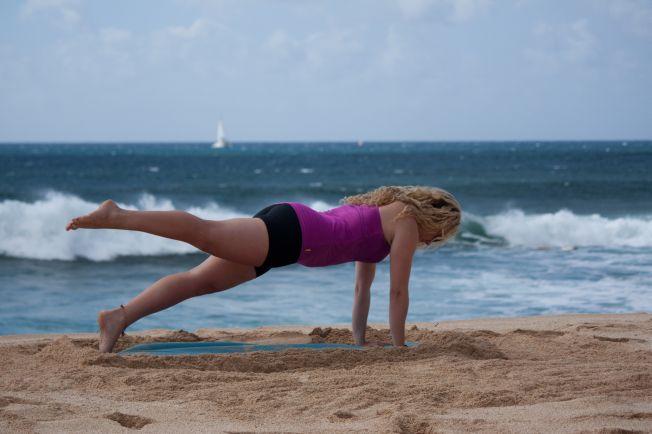 Surf Thérapie – Yoga à la plage : la posture de la planche