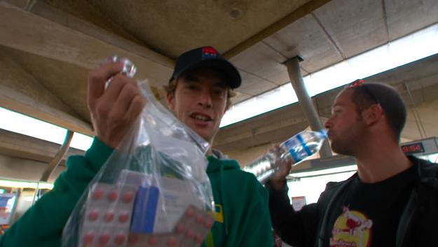 Des Iles Usions : une grosse pharmacie de voyage pour la survie