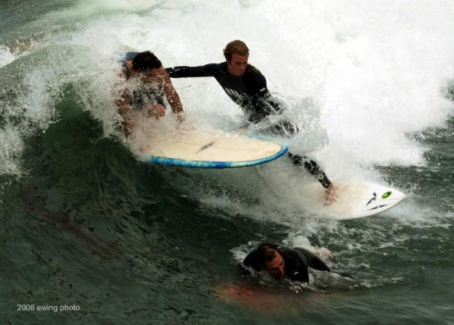 Mise en situation : 2 surfeurs sur la même vague + 1 au canard…