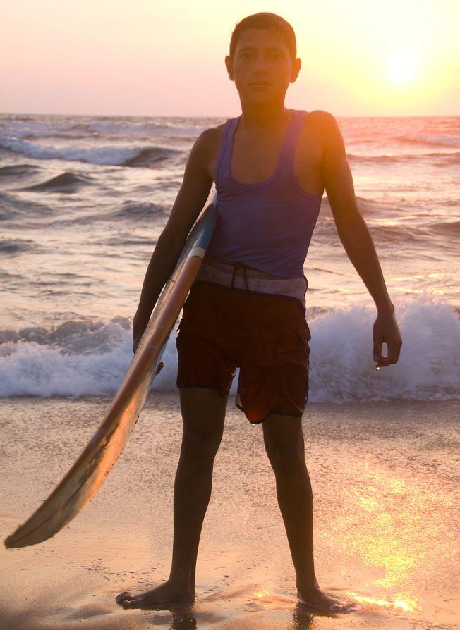 Yousef, 16 ans, surfeur dans la Bande de Gaza