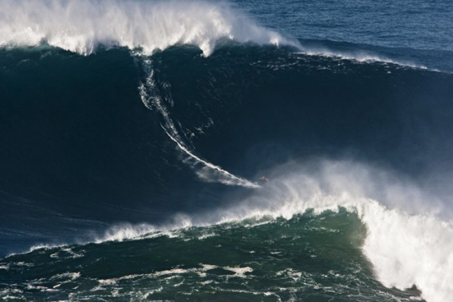 Video : Garrett McNamara surfe la plus grosse vague à Praia Do Norte (Nazare – Portugal)