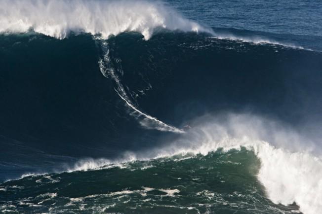 Video : Garrett McNamara surfe la plus grosse vague à Praia Do Norte (Nazare – Portugal)