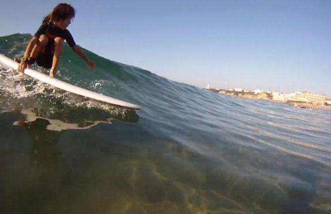 A quel âge un enfant peut-il commencer à s'amuser en surf ?