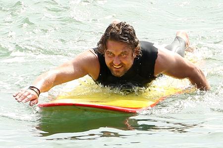 L'acteur Gerard Butler évite de peu la noyade en surf à Mavericks