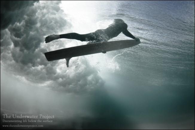 Le surf «sous» l'eau : avantages, risques et défis expliqués par Joël de Rosnay