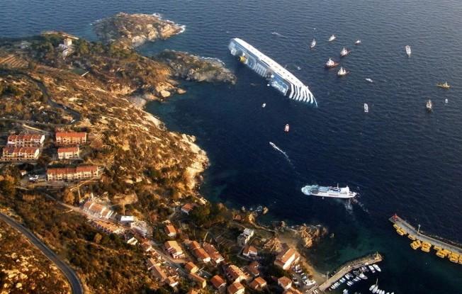 Costa Concordia : mauvais remake du Titanic face à l'île de Giglio (Italie)
