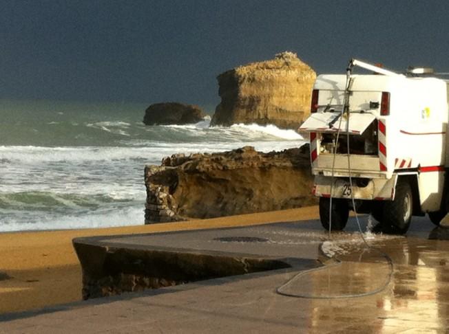 Promenade océane à Biarritz : pollution hivernale en bord de mer