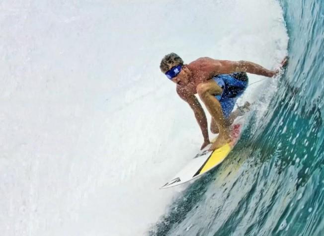 Insolite : Bruce Irons surfe le tube à Teahupoo…les yeux bandés !