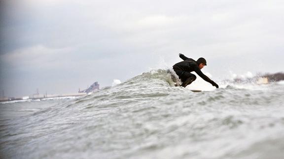 Surfeur arrêté : 20 heures de T.I.G. pour avoir surfé le Lac Michigan !