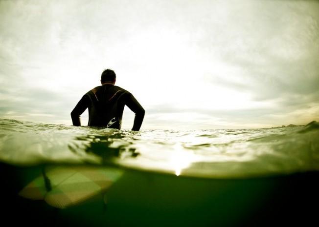Faut-il faire pipi dans l'eau / dans sa combinaison de surf ?