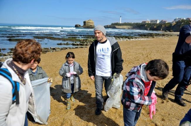 Initiatives Océanes : nettoyage de plage à Biarritz avec Bixente Lizarazu