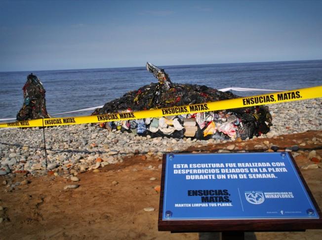 Poisson d'Avril : une baleine en déchets pour sensibiliser à la pollution des plages
