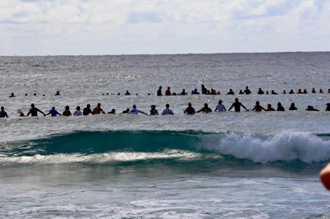 Australie : hommage des surfeurs à Michael Peterson, King of Kirra