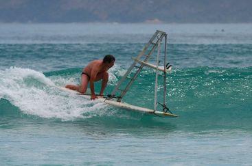 Insolite : un surfeur monte à l'échelle sur une planche de surf !