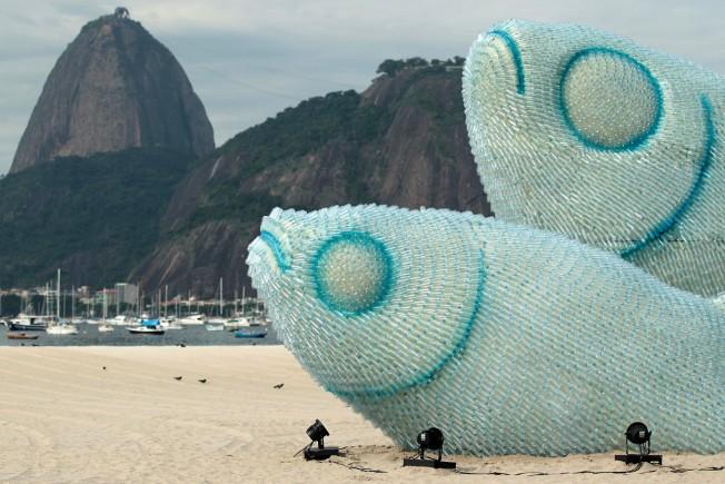 Sommet Rio+20: Des poissons géants en bouteilles plastique sur la plage