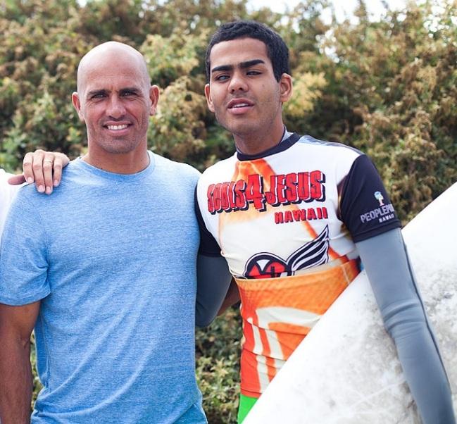 Derek Rabelo le surfeur aveugle rencontre Kelly Slater