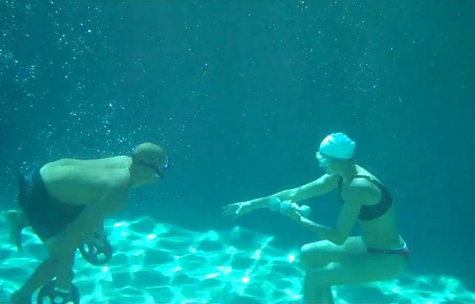 Entraînement de Kelly Slater en piscine avec la femme de Laird Hamilton !