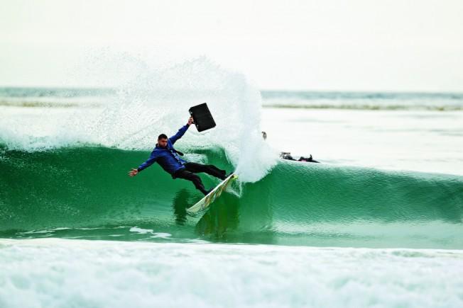 Économie : un surfeur rapporte-t-il de l'argent à la société ?