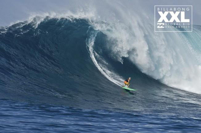 La surfeuse Keala Kennelly charge Jaws backside
