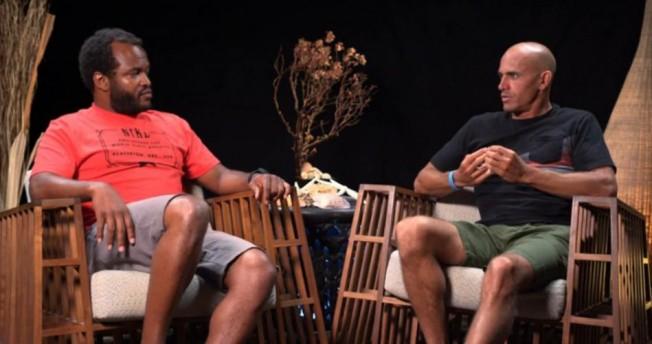 Interview : Kelly Slater parle Surf Pro et Crème Solaire avec Sal Masekela