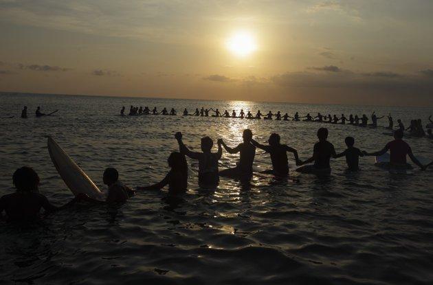 Les surfeurs rendent hommage aux victimes des attentats de Bali
