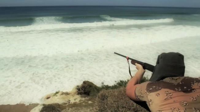 Un mystérieux Sniper tire sur les surfeurs…