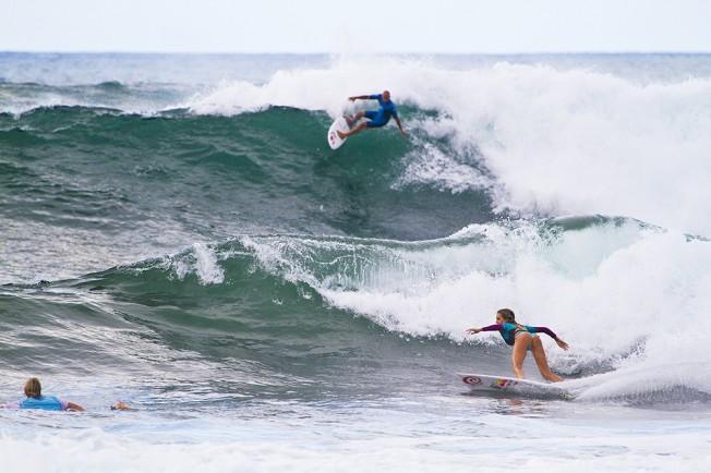 Alana Blanchard s'entraîne avec Kahea Hart et surfe avec Kelly Slater