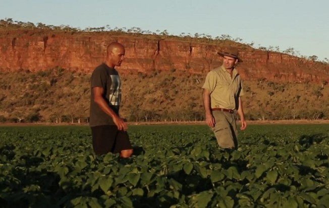 Kelly Slater visite une Ferme Bio en Australie