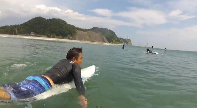 Les surfeurs de Toyoma, à 50 km de Fukushima