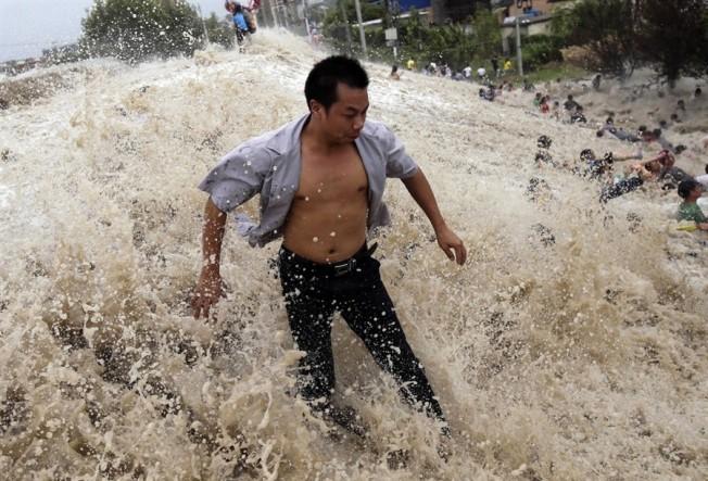 Chine: un Mascaret dévastateur sur la Qiantang River