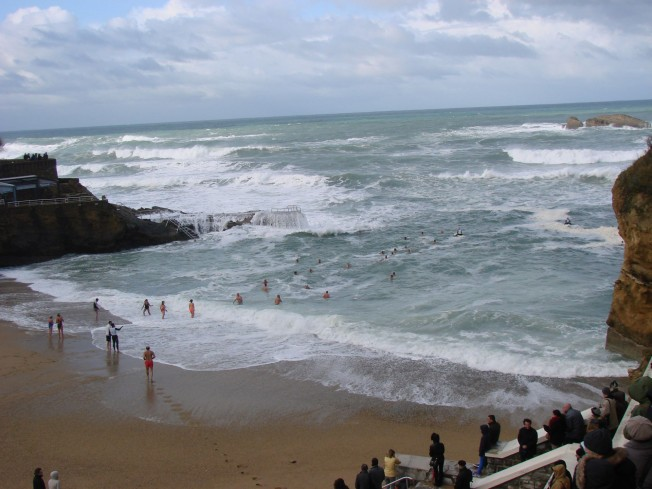 Biarritz: le Bain de Noël des Ours Blancs a bien eu lieu
