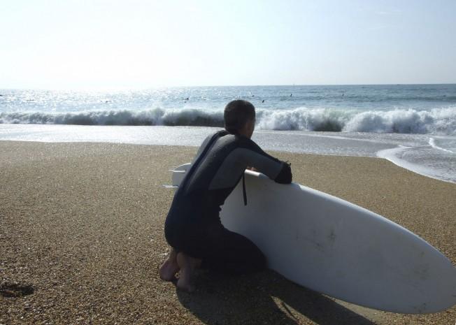 surfeur devant la mer