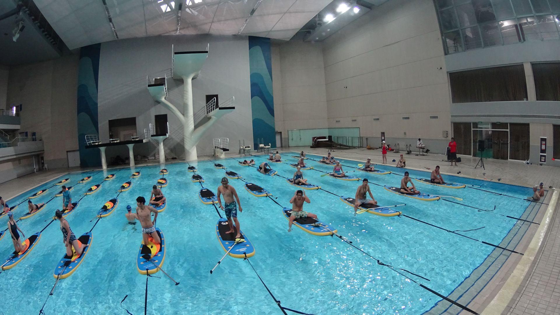 La chine d couvre le stand up paddle en piscine for Grosse piscine gonflable