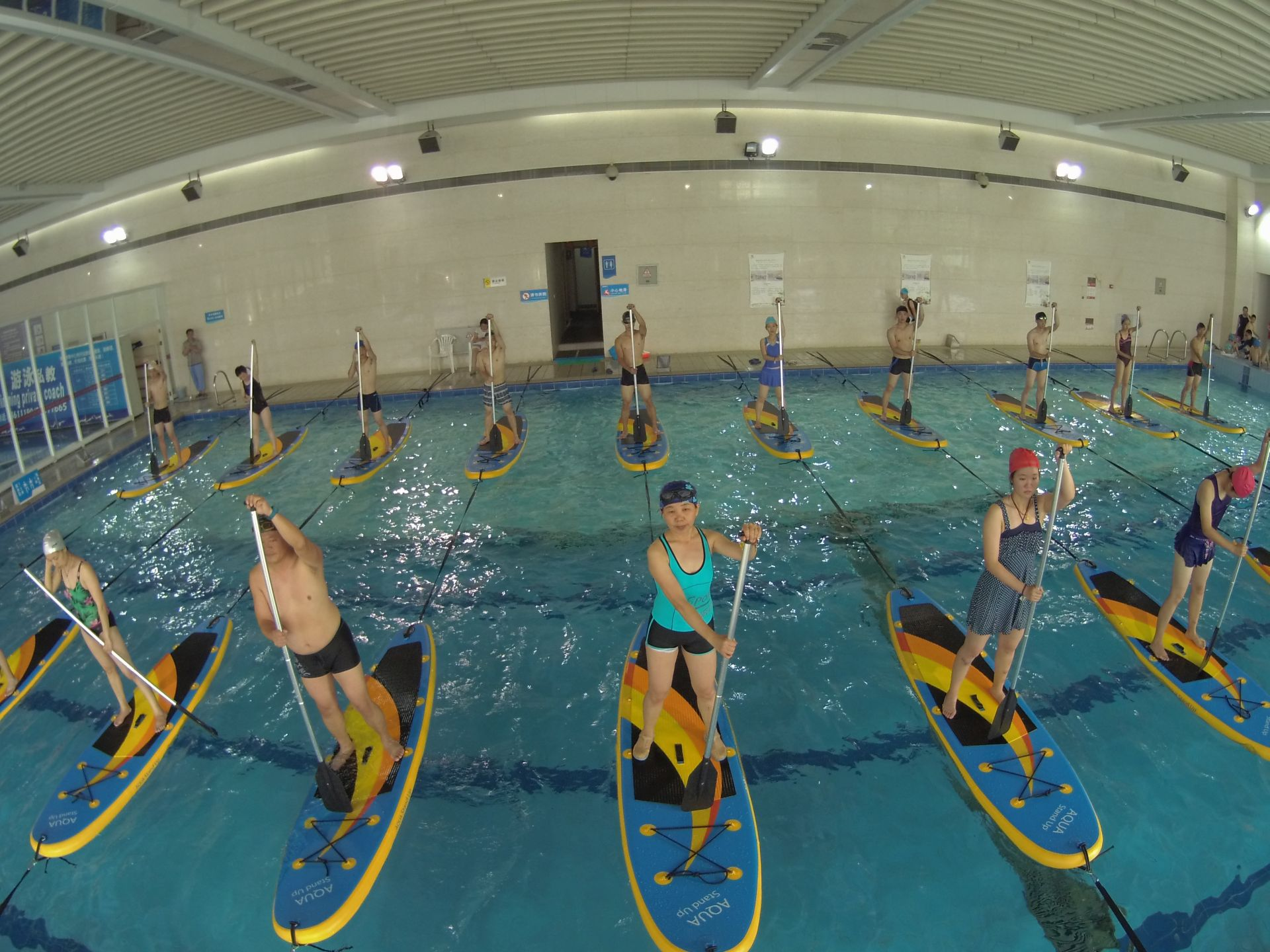 La chine d couvre le stand up paddle en piscine for Cheb hichem 2015 la piscine