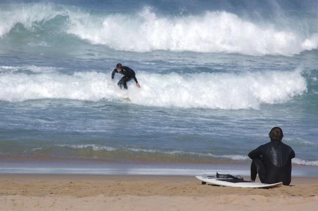 surfeur sur le sable