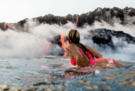 Alison Teal surfe face à un Volcan en éruption