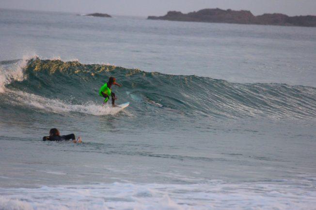 enfant-surf-requin