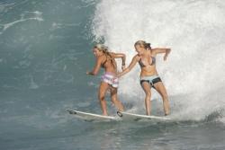 La surfeuse de droite (en regardant la photo) est prioritaire sur la surfeuse de gauche sur cette droite. Copyright Aquashot.