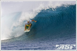 Joel Parkinson dans un tube backside grab rail pendant le Globe Pro Fiji 2008.