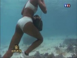 Jeune femme s'entraînant à courir avec une pierre sous l'eau pendant le jeu télévisé de Koh-Lanta sur TF1 (underwater rock running)